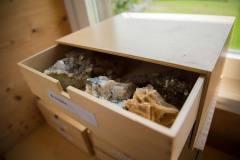 naturschule-raeumlichkeiten-utensilien-kristalle